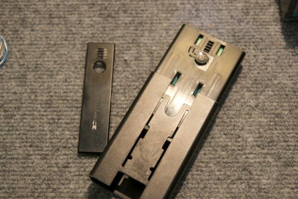 Untuk powerbank tipe ini, cara membukannya adalah dengan casing dalam di slide ke atas. Power bank lain mungkin punya cara membuka casing yang berbeda-beda