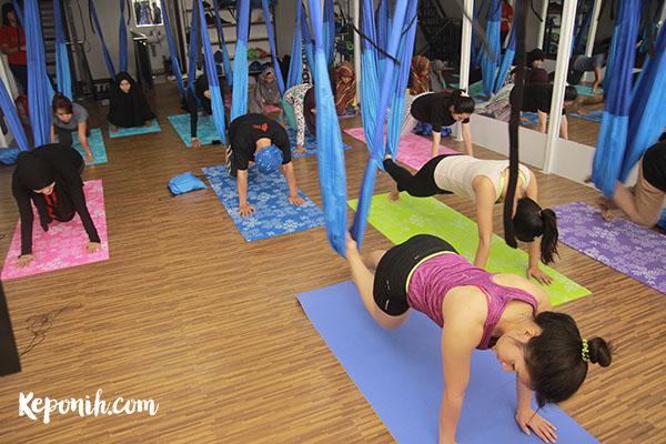 Ingin Postur Tubuh Sempurna? Coba Aerial Yoga