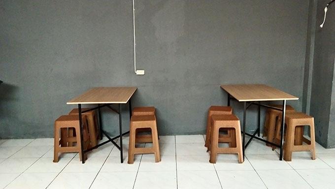 dekorasi tempat makan ramen sederhana di bandung