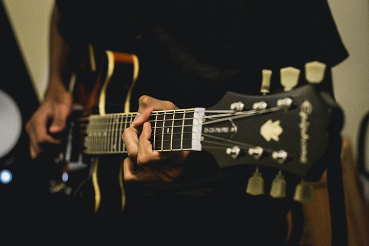 belajar chord gitar di tahun 2021 untuk menghilangkan stress