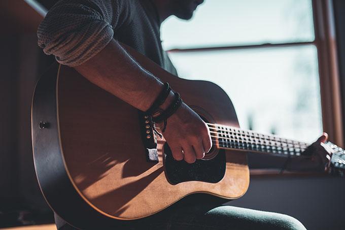 mencari chord gitar yang mudah kini bisa didapat di internet