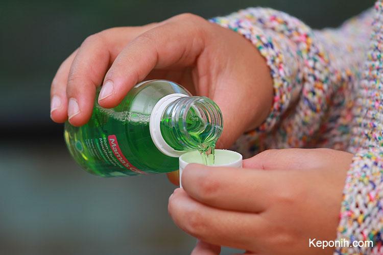 menjaga kesehatan mulut dengan mouthwash